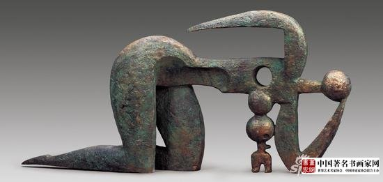 《Mother and baby》;Material: bronze;Size 152×30×70cm;Time 2001